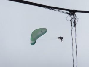 相賀神社付近で空を見上げて発見、『パラグライダー』
