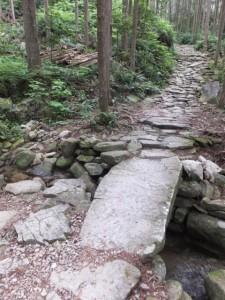 一枚岩の立派な石橋(海山側から馬越峠へ)