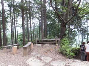 林道との交差点にある休憩場所(海山側から馬越峠へ)