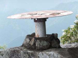 天狗倉山 山頂南側の岩の上に設置された方位盤