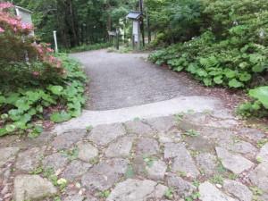 石畳からコンクリート舗装に(行者堂付近)