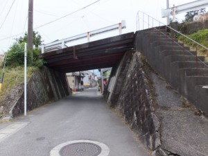 北川橋から続く車道のガード下へ