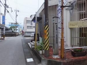 「→尾鷲駅・・」の道標(中井町商店街)