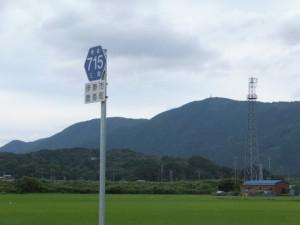 県道715号の標識と朝熊山