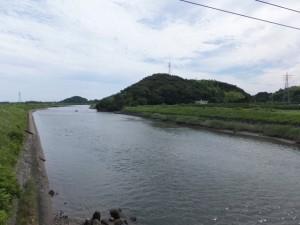 堀割橋から望む朝熊神社の社叢、五十鈴川の下流側
