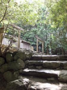 朝熊御前神社(左)、朝熊神社(右)