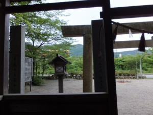 相生神社の拝殿から望む近鉄鳥羽線