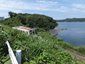 国道42号から望むJR参宮線と池の浦