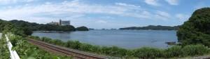 国道42号から望むJR参宮線の線路と池の浦