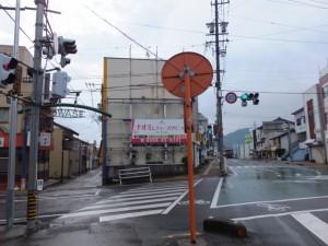 JR尾鷲駅前から尾鷲商店街(左)へ