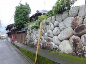 旧林浦の在蔵(ざいくら)(郷蔵(ごうくら))付近の石垣