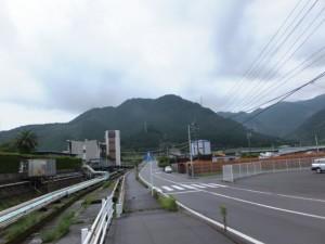 「熊野古道 八鬼山登り口 1km」の道標から矢の川橋へ
