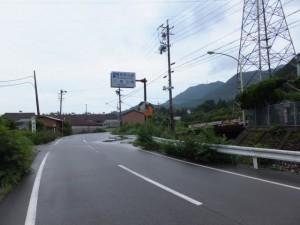 「熊野古道 八鬼山→」の案内板(道標、尾鷲節「道標歌碑」付近)