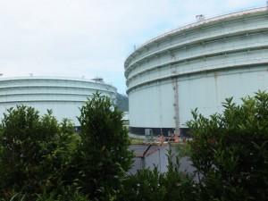 八鬼山道登り口への林道から望む東邦石油尾鷲工場のタンク