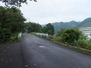 八鬼山道登り口への林道