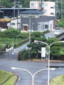 八鬼山道登り口への林道から望む矢の川橋