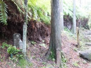 行き倒れ巡礼供養碑(熊野古道 八鬼山道)