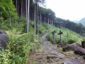 八鬼山「石畳道」の説明板付近