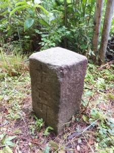 八鬼山「石畳道」の説明板付近の町石「十六町」
