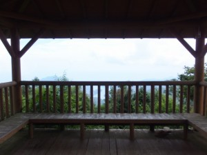 桜の森広場の東屋(八鬼山)