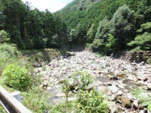 八鬼山峠道三木里登り口から名柄一里塚への途中で望む沓川