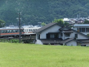 「JR三木里駅 1.9km、八鬼山道 登り口 0.9km」の道標付近から望むJR紀勢本線