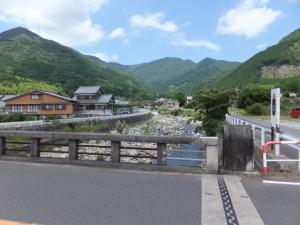 沓川橋から望む沓川の上流、八鬼山方向
