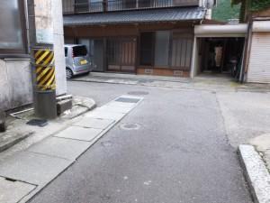 三木里小学校前から坂を下った先の丁字路(左折)