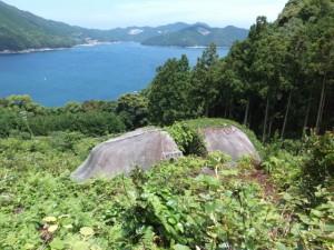 三木峠道から望む桃太郎石と賀田湾