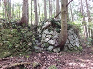 石垣(「しんこんばし」から山の神へ)
