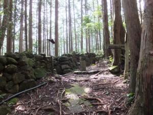 石の道標と「賀田羽根の五輪塔」の道標(羽後峠からJR賀田駅へ)
