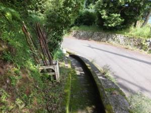「伊勢路08 羽後峠 09/09 」道標付近から側溝の道の先