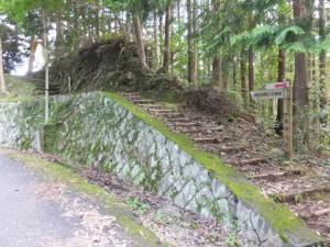 「賀田羽根の五輪塔」の道標付近