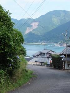 「賀田羽根の五輪塔」付近から望む賀田湾