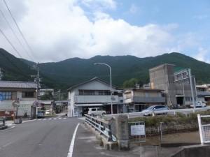 小濵橋を渡ってから振り向いて(賀田羽根の五輪塔からJR賀田駅へ)