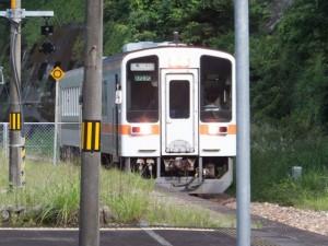 JR紀勢本線 賀田駅へ到着する亀山行き普通列車