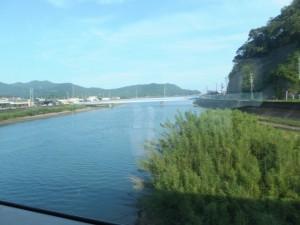 JR紀勢本線の車窓から望む赤羽川