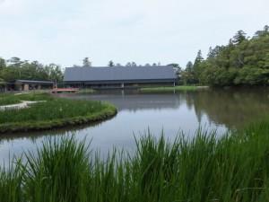 勾玉池の散策路にある東屋付近から望むせんぐう館(外宮)