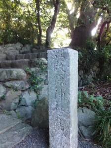 葭原神社々域の石柱