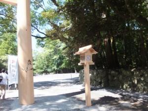 造替された第一鳥居と常夜燈(内宮)