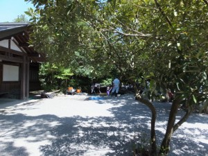 饗膳所前の池での清掃作業(内宮)