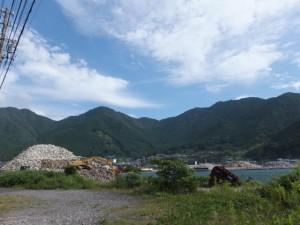 移出のために積み上げられた砕石(賀田港)