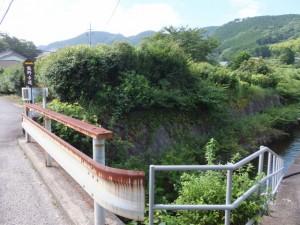 水路の先に「熊野古道」の案内板(喫茶 潮の先)