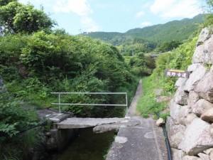 賀田湾に流れ込む水路に架かる石橋(熊野古道)