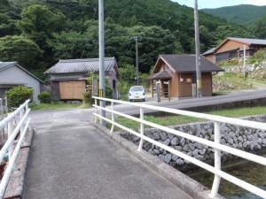 逢神川に架かる橋と公衆トイレ