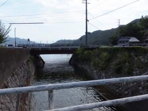 逢神川の下流側(賀田湾へ)