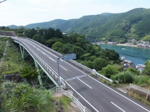 「国史跡 熊野参詣道伊勢路 曽根次郎坂太郎坂」の案内板の先から望む西の谷橋、二木島湾
