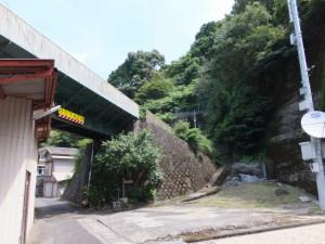 振り向いて「曽根次郎坂・太郎坂 甫母峠 3.0km」の道標付近
