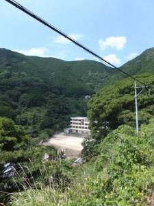 国道311号から望む熊野市立荒坂中学校
