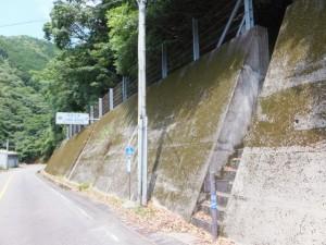 二木島峠登り口の階段 (SANCO 二木島峠口 バスのりば付近)